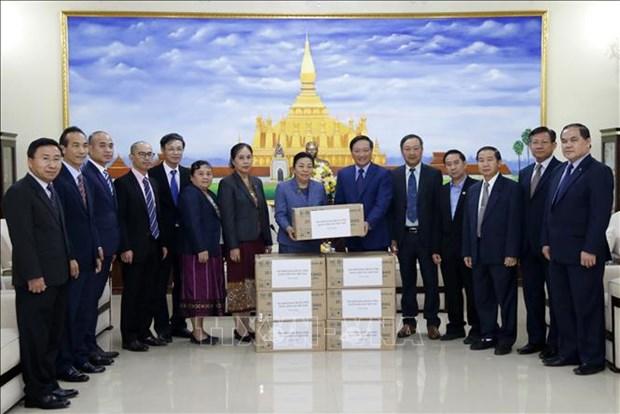 Vietnam presents face masks to Laos hinh anh 1