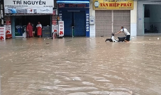 Storm Etau claims two lives in central region hinh anh 1