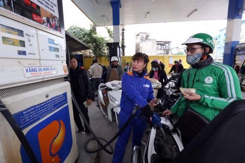 Petrol prices drop over 200 VND per litre in latest review hinh anh 1
