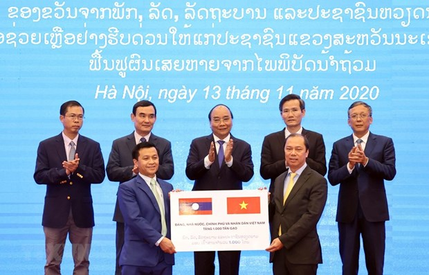 Vietnam presents rice to support Lao flood-hit people hinh anh 1