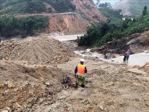 PM provides emergency aid to three central provinces hinh anh 1