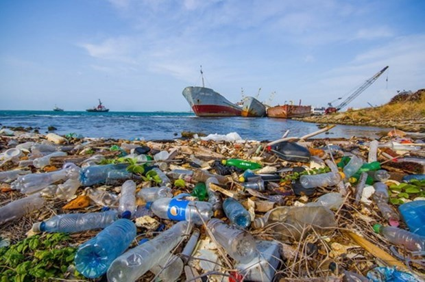 Tripartite agreement signed to cut marine plastic waste in Quang Binh hinh anh 1