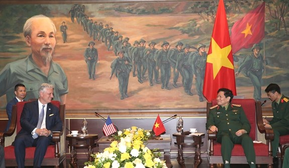 Defence minister hosts US National Security Advisor hinh anh 1