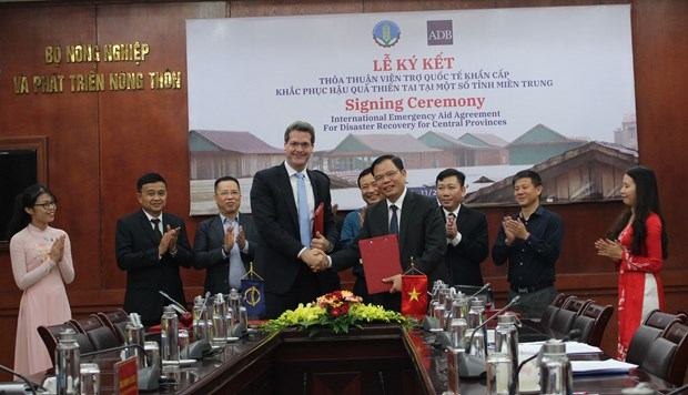 Vietnam, ADB sign deal on emergency grant to aid disaster response hinh anh 1