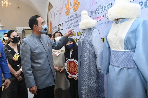 Thai PM helps promote World AIDS Day, Thai silk festival hinh anh 1