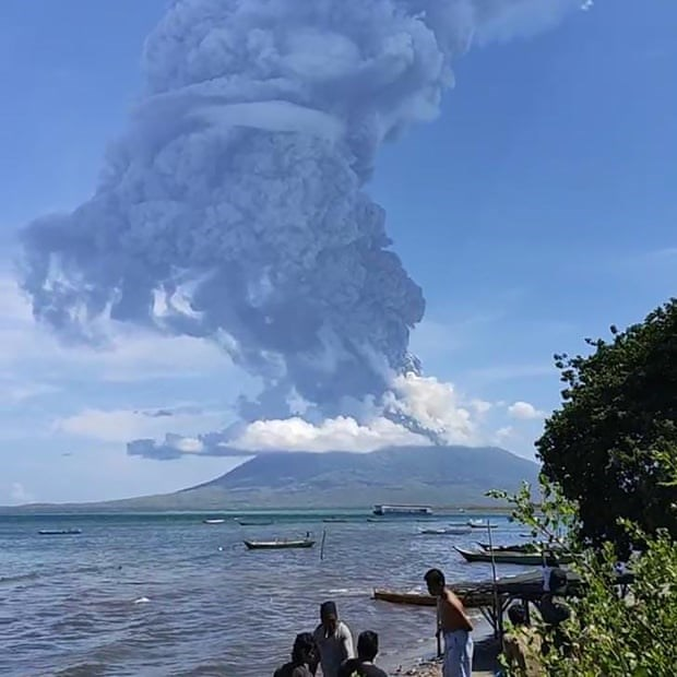 Thousands in Indonesia evacuated due to active volcano hinh anh 1