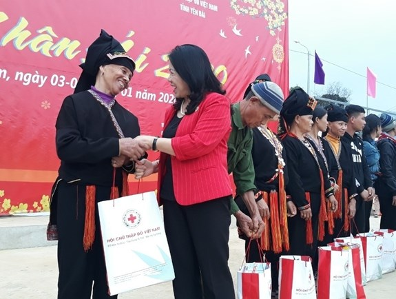 At least 1.5 million Tet gifts to be presented to poor, AO victims hinh anh 1