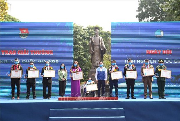 Collectives, individuals honoured with national volunteer awards hinh anh 1
