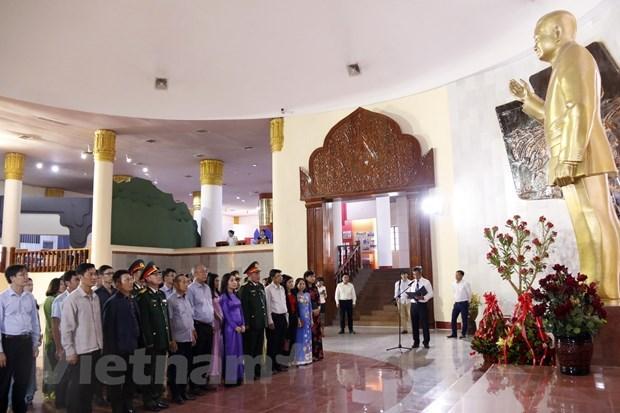 Vietnamese diplomats pay floral tribute to late Lao President Kaysone Phomvihane hinh anh 1