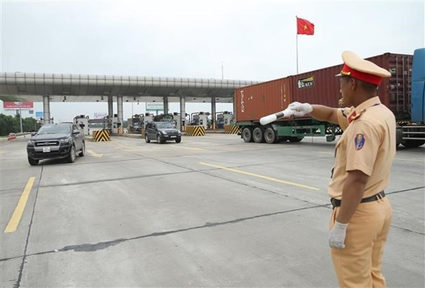 PM urges traffic, COVID-19 safety during holidays hinh anh 1