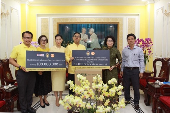 Thai Consulate General presents aid to flood-hit people in central region hinh anh 1