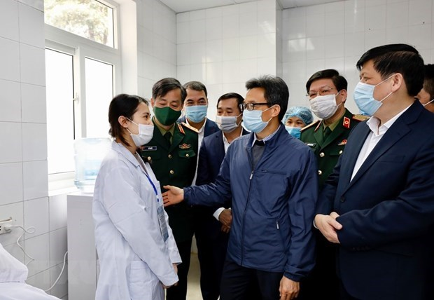 Deputy PM visits first COVID-19 vaccine trial volunteers hinh anh 1