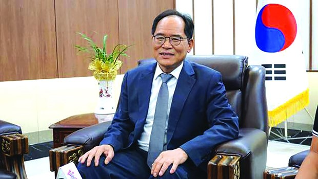 Korean Ambassador extends message of hope with MV in Vietnamese hinh anh 1