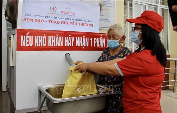Free rice presented to over 1,300 poor households in An Giang hinh anh 1