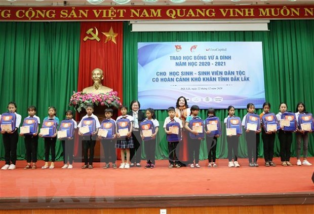 Dak Lak: 155 ethnic minority students receive Vu A Dinh scholarships hinh anh 1