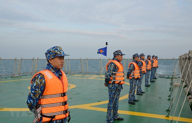 Vietnamese, Chinese coast guards conduct joint patrol in Tonkin Gulf hinh anh 1