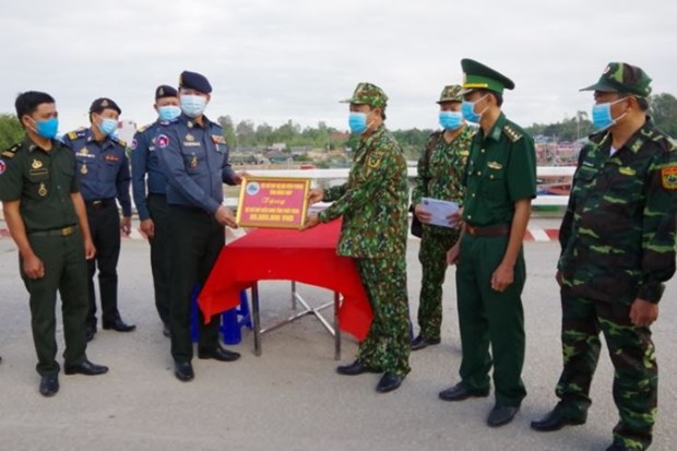 Dong Thap helps Cambodian border force in COVID-19 fight hinh anh 1