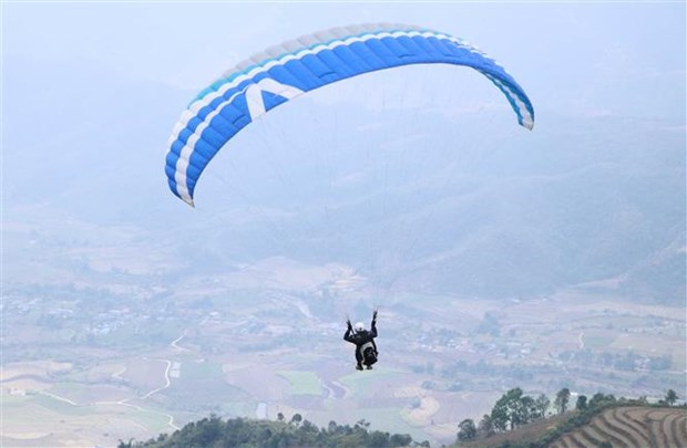 Putaleng paragliding tourney opens in Lai Chau hinh anh 1