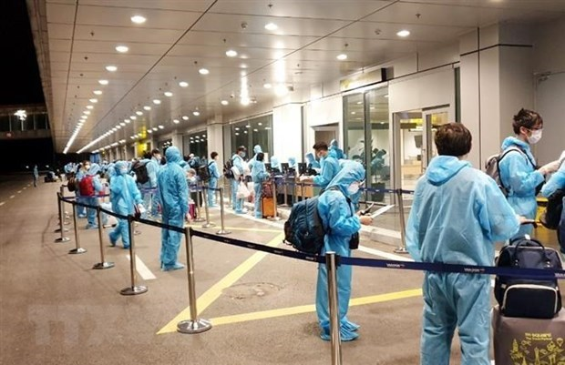 Over 340 Vietnamese citizens flown home from Taiwan hinh anh 1