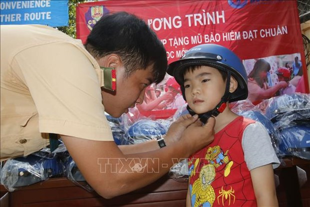 HCM City: more students wear helmets, but few helmets meet standards hinh anh 1