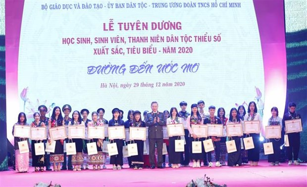 Outstanding ethnic minority students honoured hinh anh 1