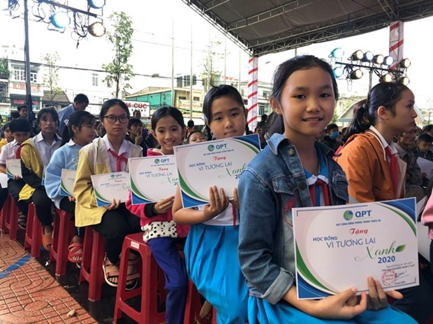 Flood-affected school students get scholarships hinh anh 1