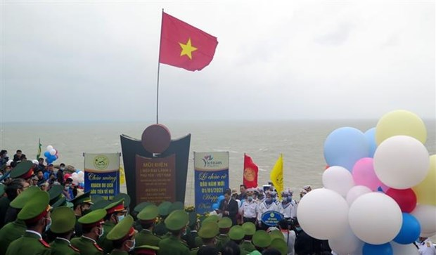 New Year flag-salute ceremony held on country's easternmost point hinh anh 1
