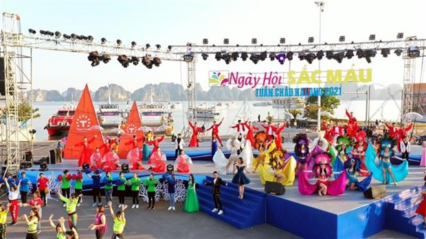 Thousands flock to Ha Long's first-ever winter festival hinh anh 1
