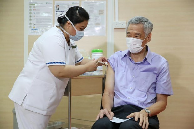 Singapore: PM receives COVID-19 vaccine as nationwide vaccination drive begins hinh anh 1