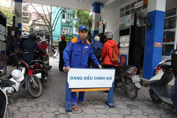 Petrol prices up over 400 VND in latest adjustment hinh anh 1