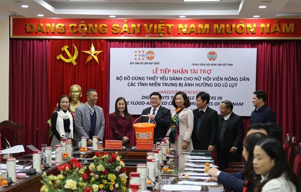 UNFPA hands over 6,903 dignity kits to local women hinh anh 1