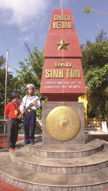 Photo book on islands launched by overseas Vietnamese hinh anh 1