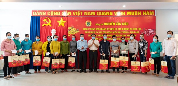 Gifts presented to needy workers ahead of Tet hinh anh 1