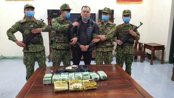 Ha Tinh: Cross-border drug transporter caught with 11 kg of drugs hinh anh 1