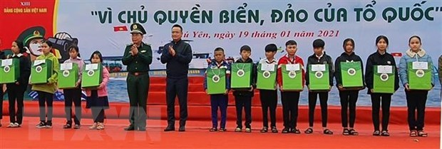 Some 16,000 national flags presented to Phu Yen fishermen hinh anh 2