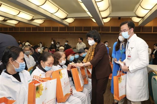 Officials pay pre-Tet visits to cancer patients, poor people hinh anh 1