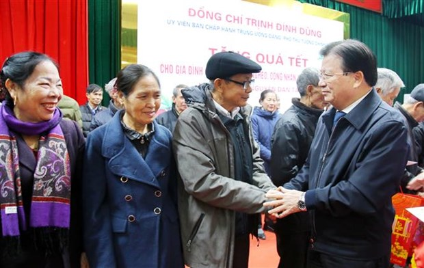 Officials pay pre-Tet visits to cancer patients, poor people hinh anh 2