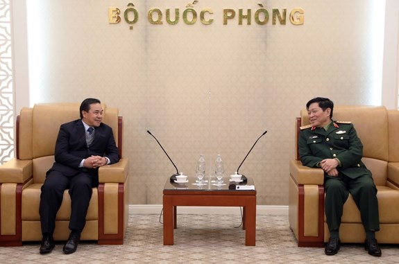 Minister vows support for Lao ambassador to promote defence ties hinh anh 1