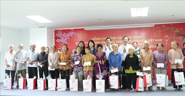 Tet gifts presented to disadvantaged people hinh anh 1