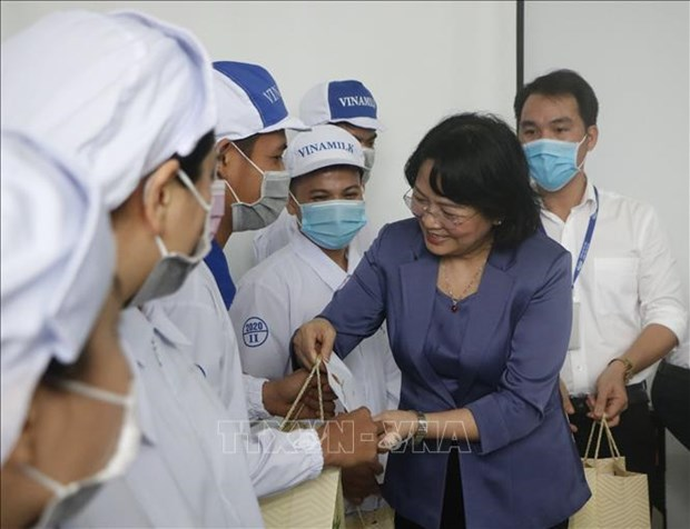 Vice President pays pre-Tet visit to poor workers in Binh Duong hinh anh 1