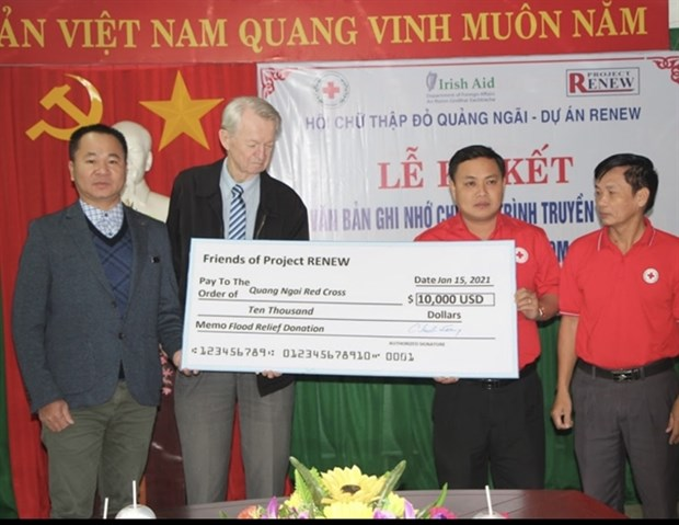 American veterans deliver flood relief for Vietnam hinh anh 1