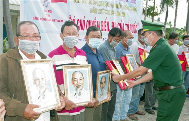 National flags, President Ho Chi Minh's portraits handed over to fishermen hinh anh 1