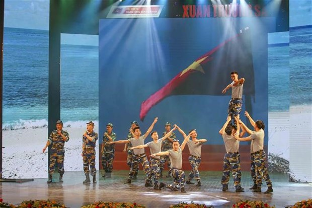Music show honours strong will of soldiers on Truong Sa hinh anh 1