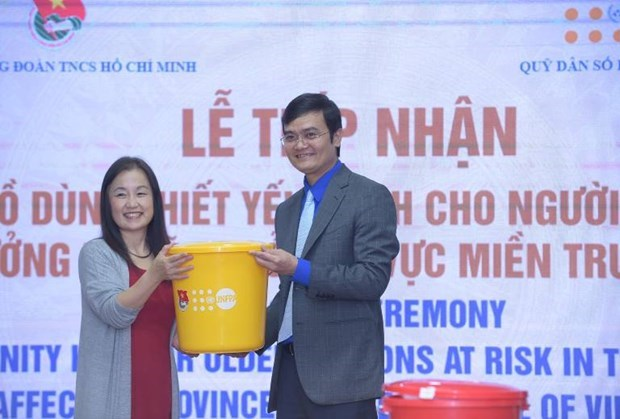 UNPFA presents aid to senior citizens in flood-hit central provinces hinh anh 1