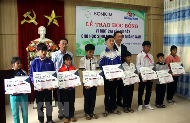 Quang Nam: SonKim Land presents flood-hit students with scholarships hinh anh 1