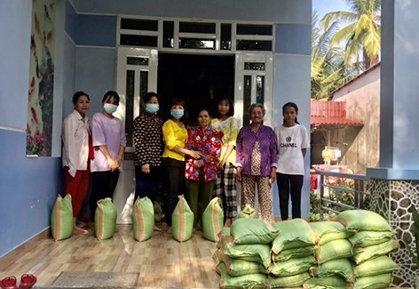 Tet gifts presented to poor families in Dong Nai, Hau Giang hinh anh 1