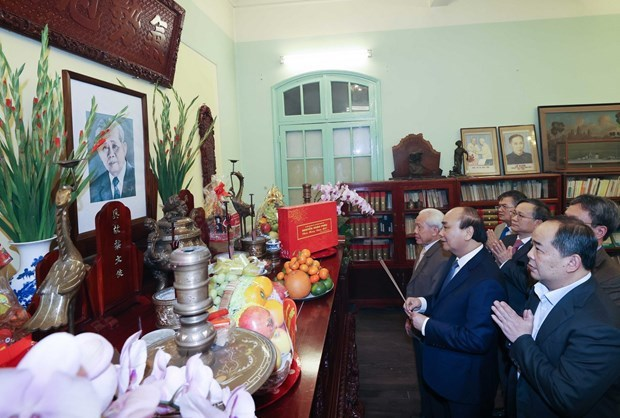 PM offers incense to late Party, State leaders hinh anh 1