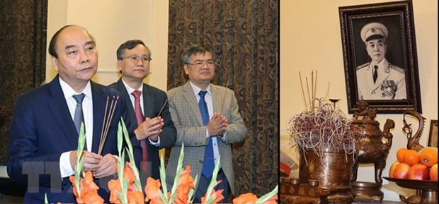 PM offers incense to late Party, State leaders hinh anh 2