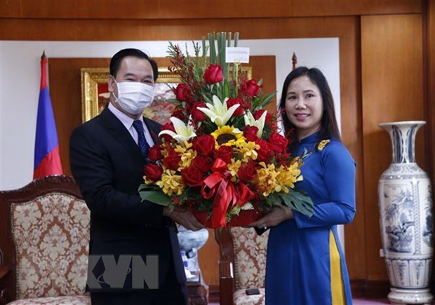 Lao officials congratulate Vietnam on success of 13th National Party Congress hinh anh 1