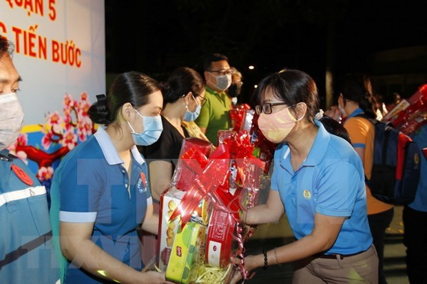 HCM City: Disadvantaged workers given Tet gift packages hinh anh 1